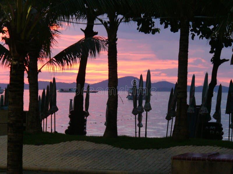 Playa en la noche, Tailandia de Pattaya fotos de archivo
