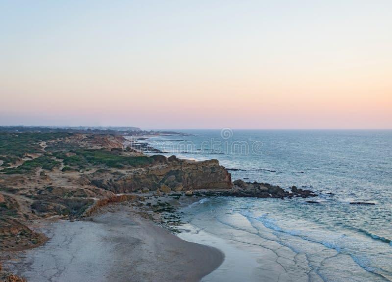 Playa en la puesta del sol, bahía fotografía de archivo