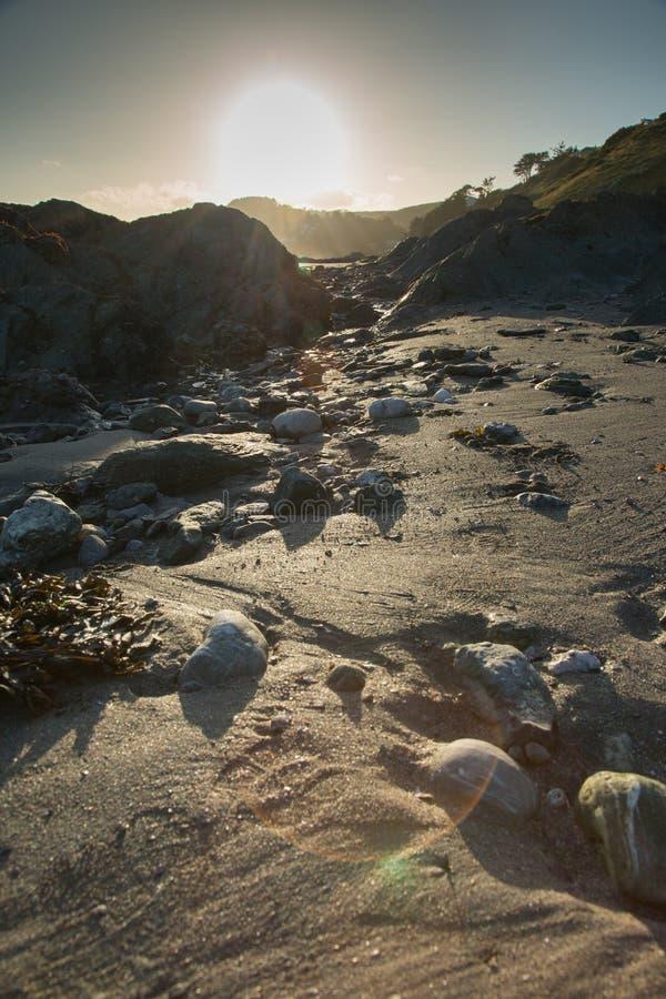 Playa en la puesta del sol en Cornualles, Inglaterra foto de archivo