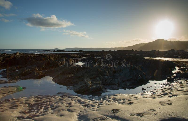 Playa en la puesta del sol en Cornualles, Inglaterra fotografía de archivo libre de regalías