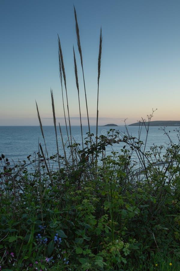 Playa en la puesta del sol en Cornualles, Inglaterra imagen de archivo libre de regalías