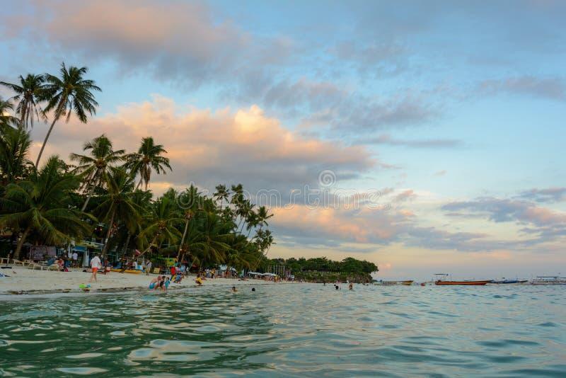 Playa en la puesta del sol, isla de Alona de Bohol imagen de archivo