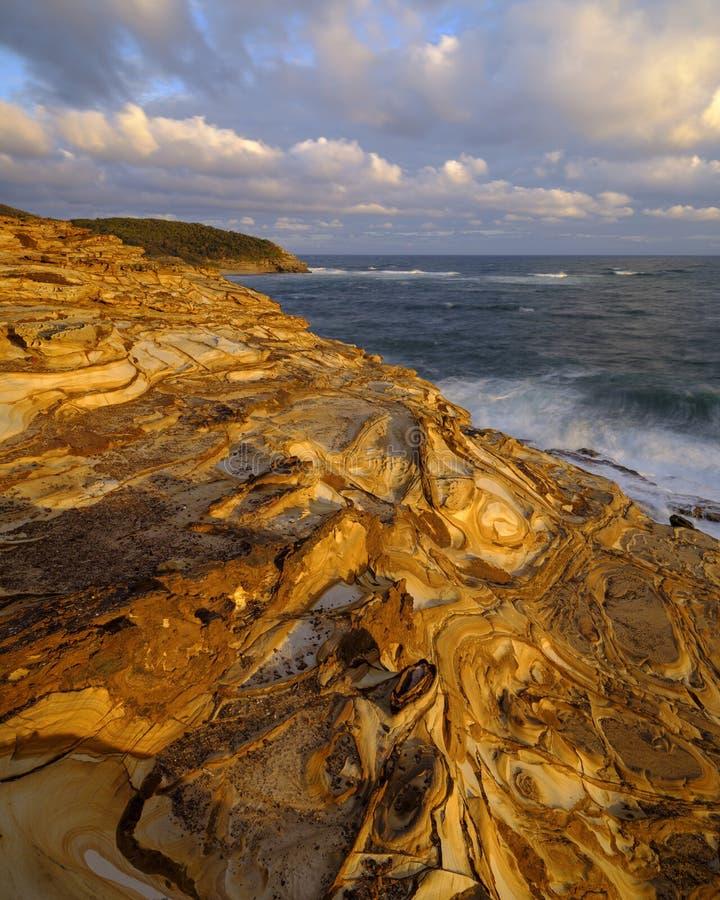 Playa en la puesta del sol, parque nacional de Bouddi, costa central, NSW, Australia de la masilla fotos de archivo