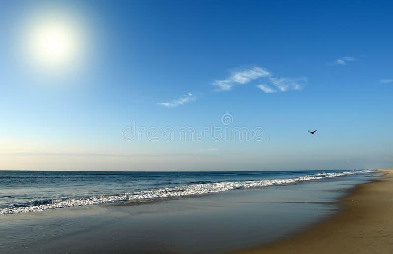 Playa en la salida del sol, costa de Océano Atlántico fotos de archivo