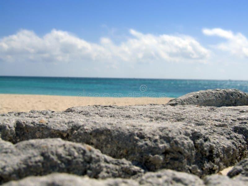 Playa en las rocas fotos de archivo libres de regalías