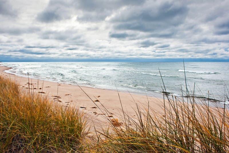 Playa en otoño fotografía de archivo