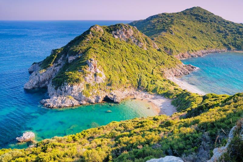 Playa en puesta del sol, Corfú de Agios Georgios imagen de archivo libre de regalías