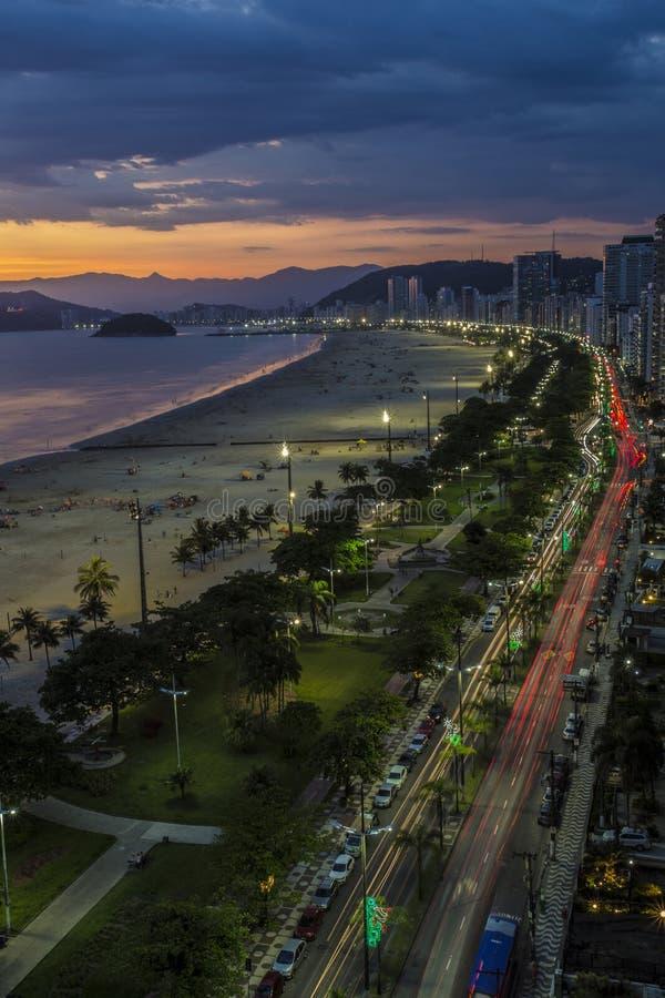 Playa en Santos City en la puesta del sol foto de archivo