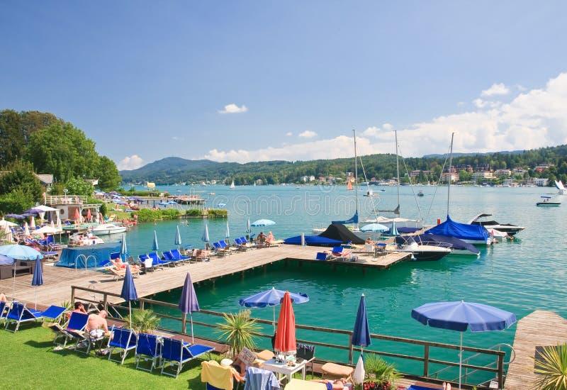 Playa en valor del lago Centro turístico Velden austria imagen de archivo