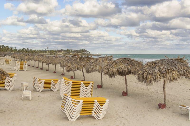 Playa exótica al final del día con las sillas de cubierta imagen de archivo