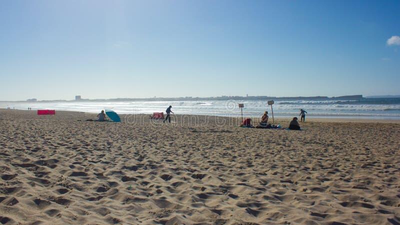 Playa extensa de Baleal en el final de un día de verano con Peniche, Portugal, en el horizonte foto de archivo libre de regalías