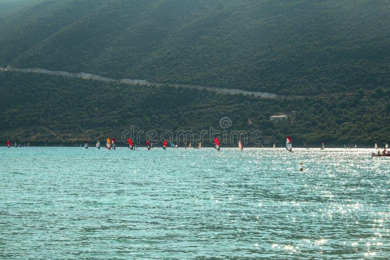 Playa famosa con el viento que practica surf en la isla griega Lefkada foto de archivo libre de regalías