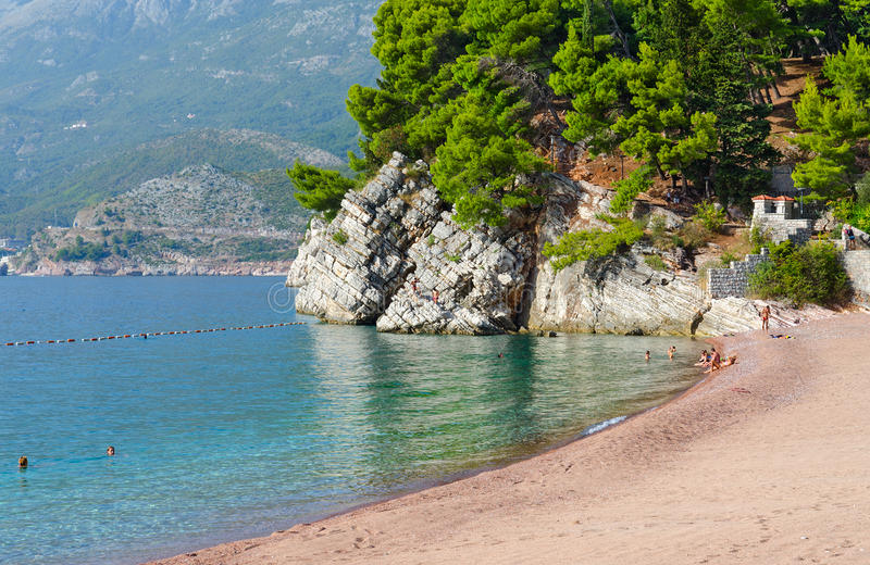 Playa famosa en la costa de Budva cerca de la isla Sveti Stefan, Montenegro foto de archivo libre de regalías