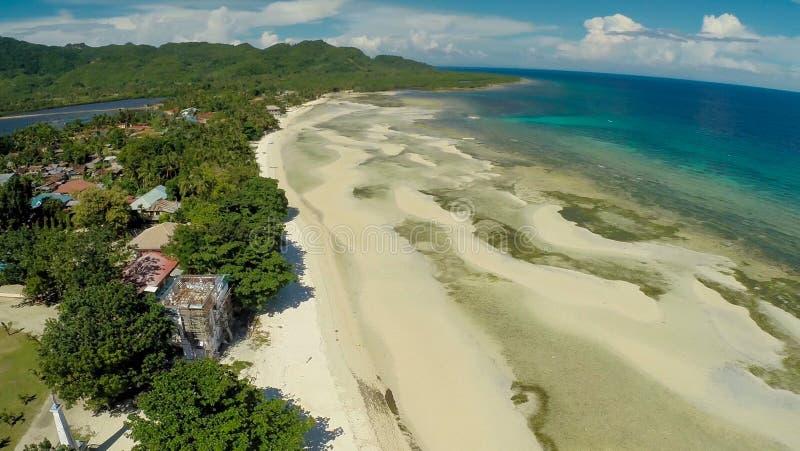 Playa filipina Silueta del hombre de negocios Cowering Ciudad de Anda fotografía de archivo