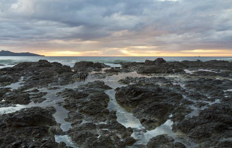 Playa-Flamingo-Sonnenuntergang-Gezeiten- Pools stockfotos