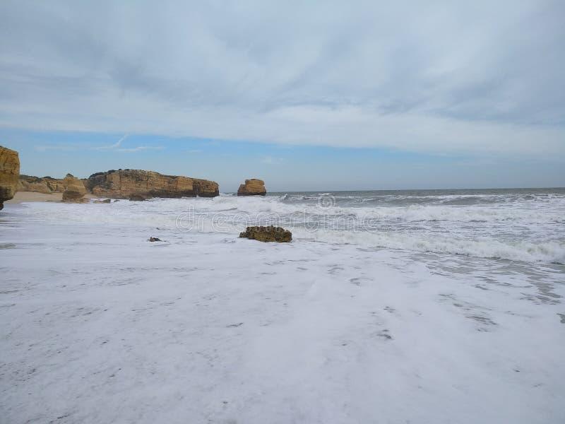 Playa hecha espuma blanca fotos de archivo libres de regalías