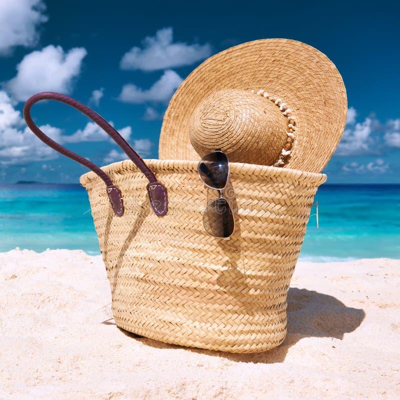 Playa hermosa con el bolso en Seychelles fotografía de archivo libre de regalías