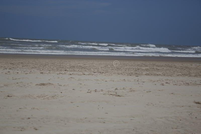 Playa hermosa con el cielo limpio y la arena del onda y blanca imagen de archivo