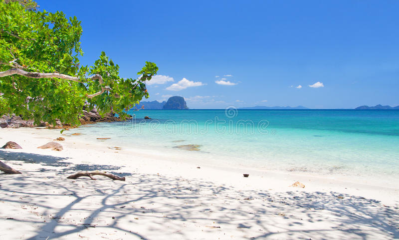 Playa hermosa con la arena blanca fotos de archivo libres de regalías
