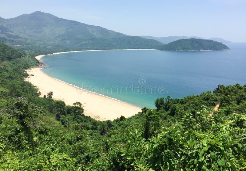 Playa hermosa con la montaña verde en Phu Quoc, Vietnam fotografía de archivo