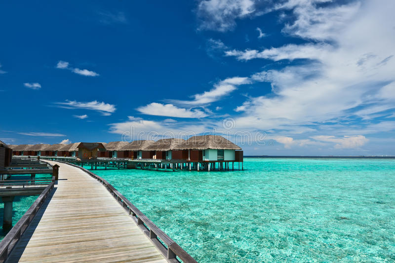 Playa hermosa con las casas de planta baja del agua fotografía de archivo