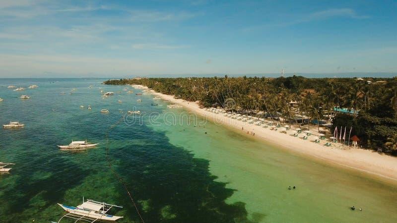 Playa hermosa de Alona de la visión aérea en una isla tropical Bohol filipinas imágenes de archivo libres de regalías