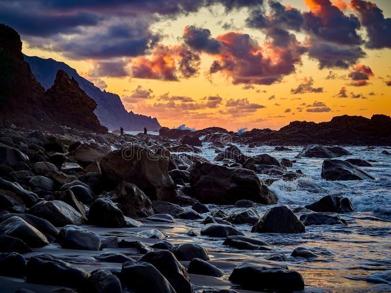 Playa hermosa de Benijo, Anaga, Tenerife, islas Canarias en la puesta del sol foto de archivo libre de regalías
