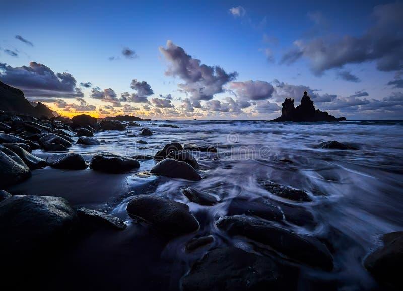 Playa hermosa de Benijo, Anaga, Tenerife, islas Canarias en la puesta del sol fotografía de archivo