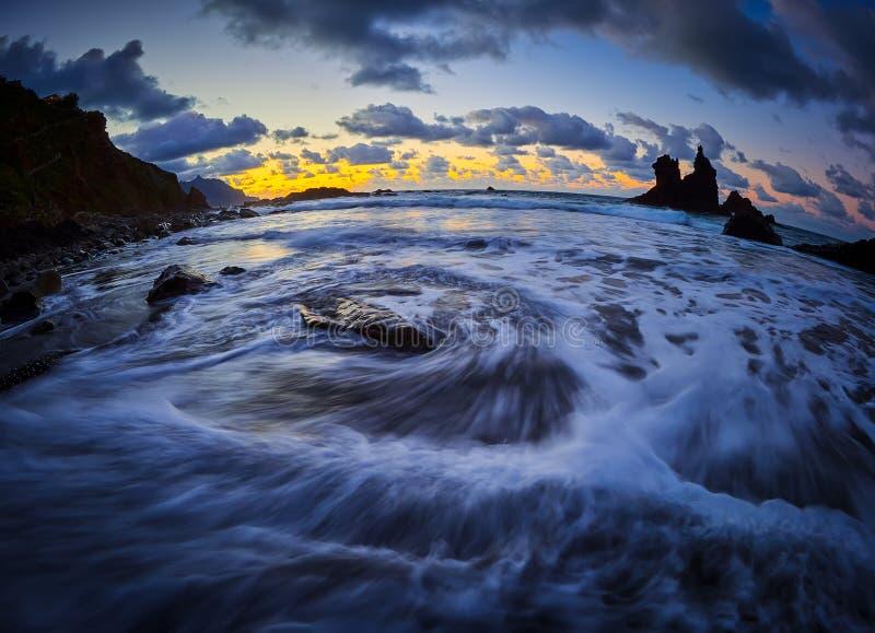 Playa hermosa de Benijo, Anaga, Tenerife, islas Canarias en la puesta del sol imagen de archivo libre de regalías