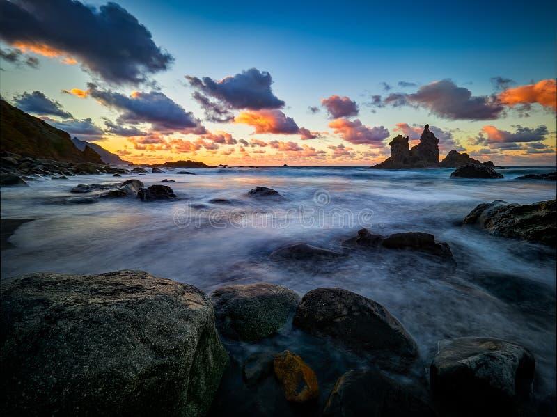 Playa hermosa de Benijo, Anaga, Tenerife, islas Canarias en la puesta del sol fotografía de archivo libre de regalías