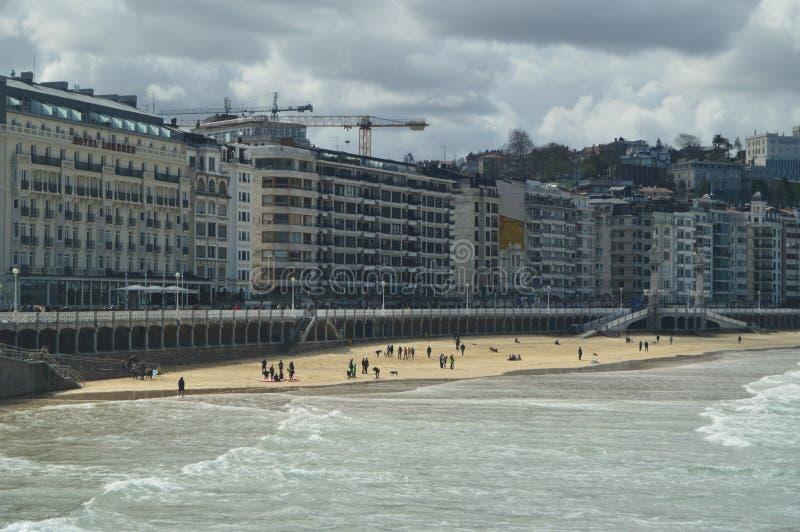 Playa hermosa de Concha Of San Sebastian On Sunny Day With Strong Winds Naturaleza del viaje de los paisajes fotografía de archivo