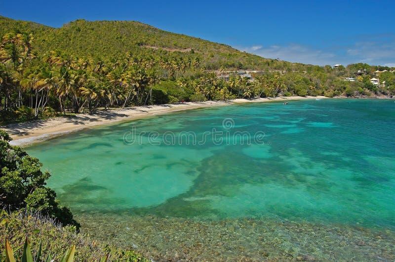 Playa hermosa de la bahía de la industria en la isla de Bequia fotos de archivo