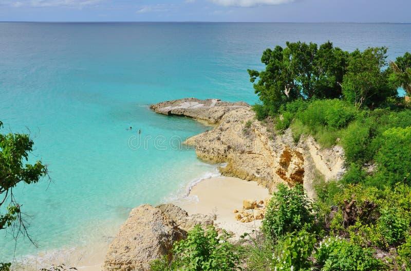 Playa hermosa de la bahía de las aguamieles en Anguila imagen de archivo
