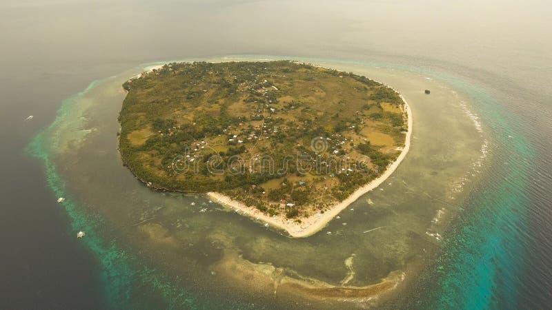 Playa hermosa de la visión aérea en una isla tropical Filipinas, Pamilacan foto de archivo libre de regalías