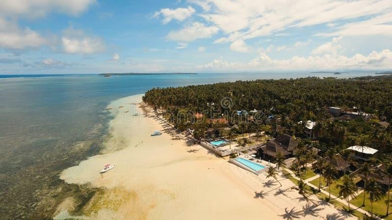 Playa hermosa de la visión aérea en una isla tropical Filipinas, Siargao imagen de archivo