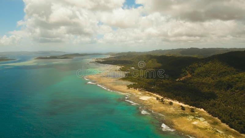 Playa hermosa de la visión aérea en una isla tropical Filipinas, Siargao fotos de archivo