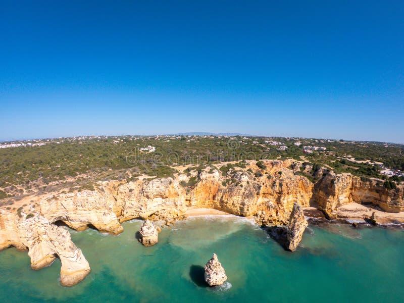 Playa hermosa de Praia De Marinha Most en Lagoa, Algarve Portugal Opinión aérea sobre los acantilados y la costa de Océano Atlánt imagen de archivo libre de regalías