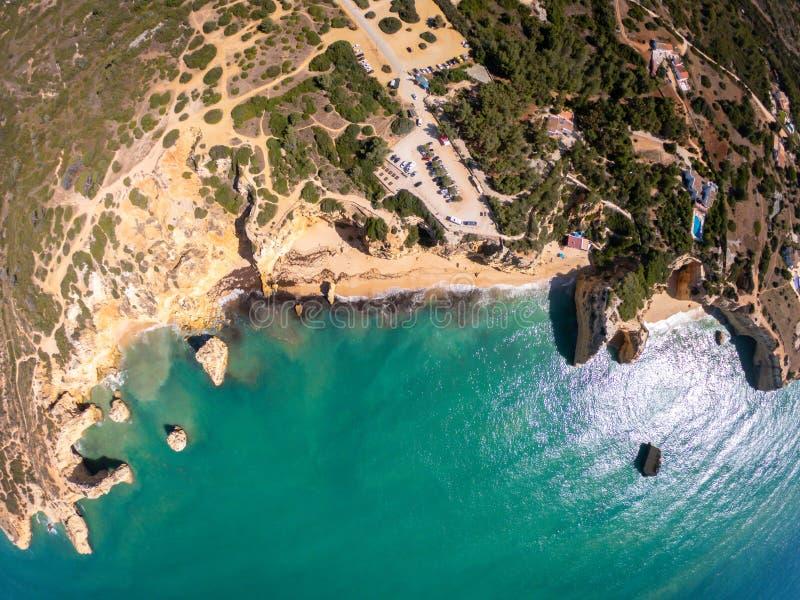 Playa hermosa de Praia De Marinha Most en Lagoa, Algarve Portugal Opini?n a?rea sobre los acantilados y la costa de Oc?ano Atl?nt fotografía de archivo libre de regalías