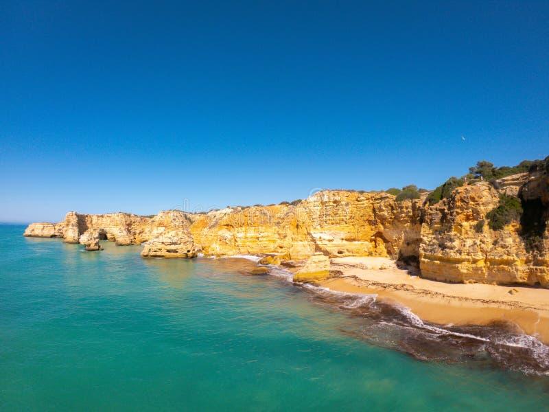 Playa hermosa de Praia De Marinha Most en Lagoa, Algarve Portugal Opini?n a?rea sobre los acantilados y la costa de Oc?ano Atl?nt imagen de archivo libre de regalías
