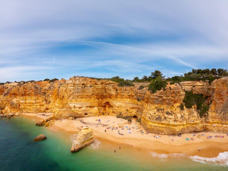 Playa hermosa de Praia De Marinha Most en Lagoa, Algarve Portugal Opini?n a?rea sobre los acantilados y la costa de Oc?ano Atl?nt imagen de archivo