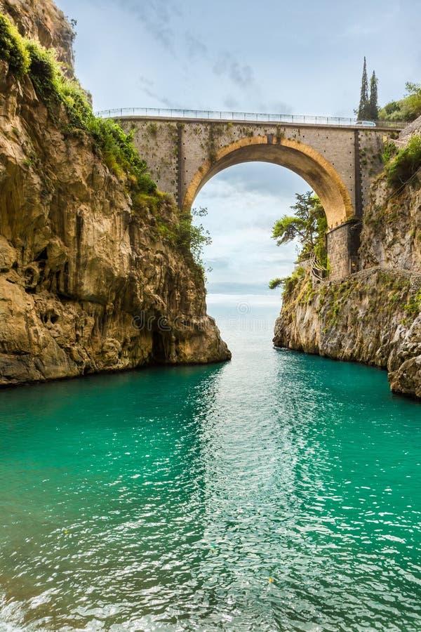 playa hermosa debajo del puente foto de archivo