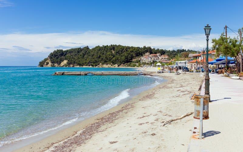 Playa hermosa en el pueblo de Siviri, Halkidiki, Grecia fotografía de archivo