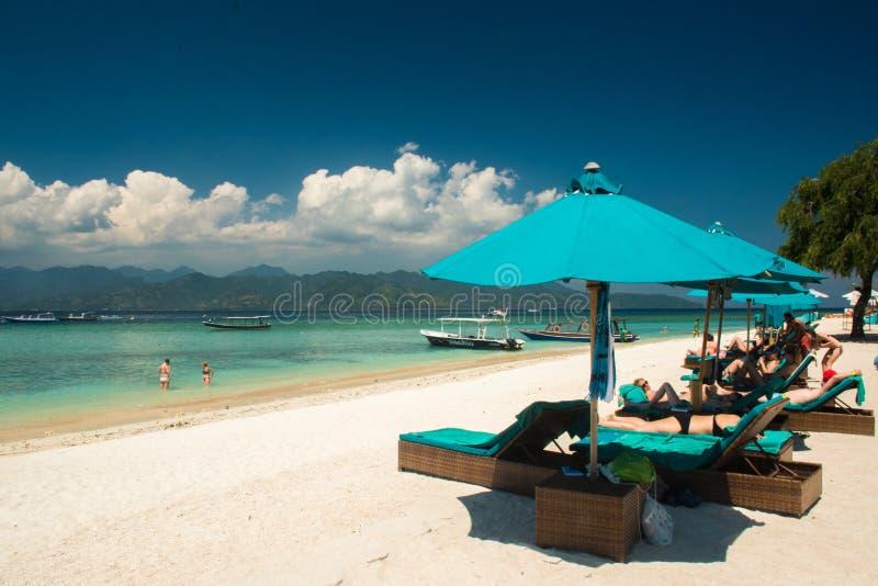 Playa hermosa en Gili Trawangan con los pequeños barcos de madera coloridos, islas de Gili, Lombok, Indonesia imagenes de archivo