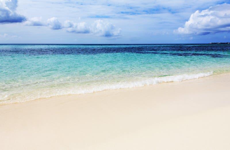 Playa hermosa en los Cayman Islands fotografía de archivo