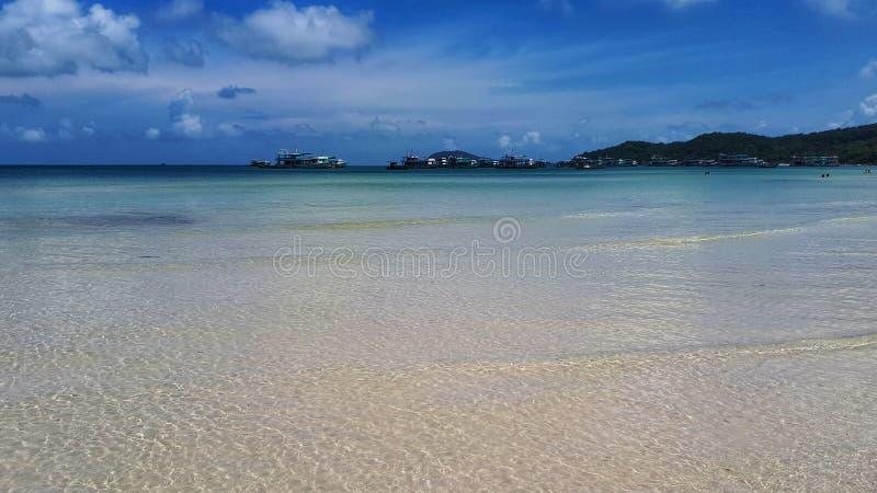 Playa hermosa Vista de la playa tropical agradable con las palmas alrededor Concepto del día de fiesta y de las vacaciones Playa  imagen de archivo libre de regalías
