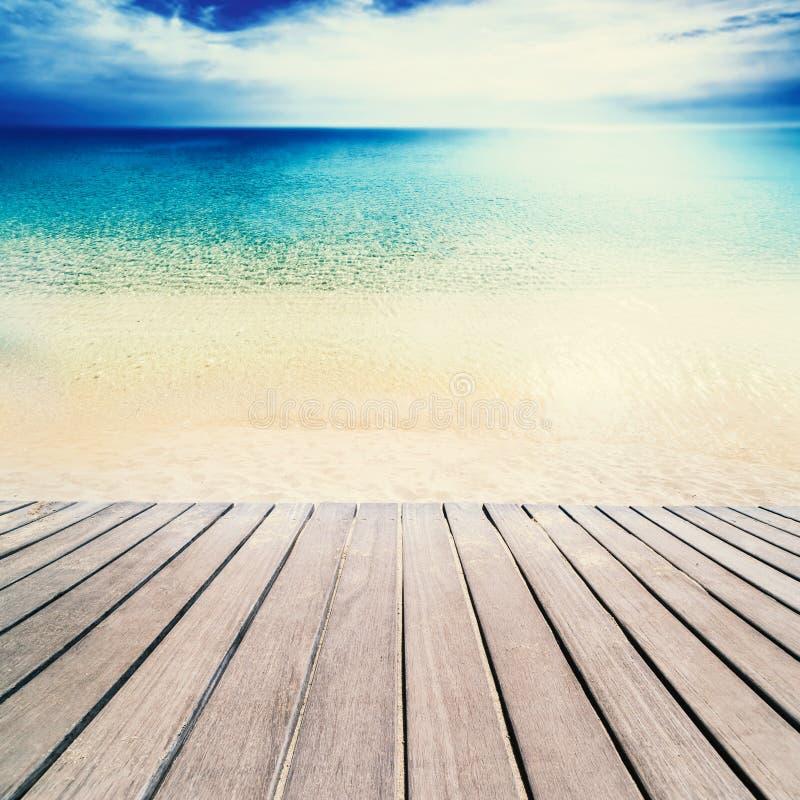 Playa hermosa y mar tropical - playa de Sandy el día soleado con foto de archivo