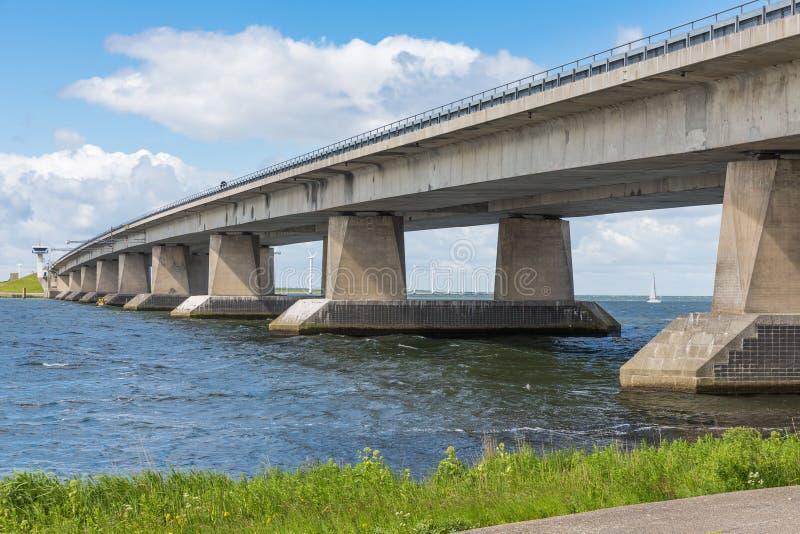 Playa holandesa y puente concreto entre Emmeloord y Lelystad foto de archivo
