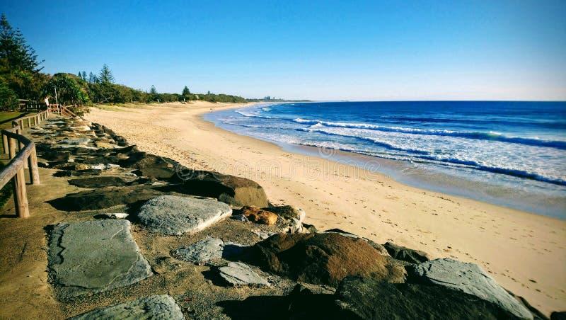 Playa interminable bañada en luz foto de archivo