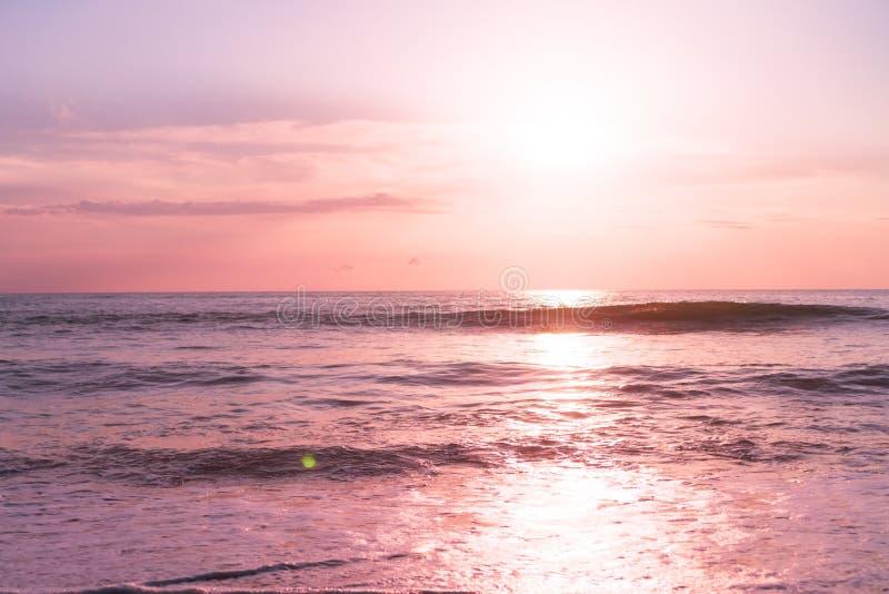 Playa limpia de la naturaleza tropical y arena blanca en verano con el cielo del sol y el fondo azules claros del bokeh fotografía de archivo