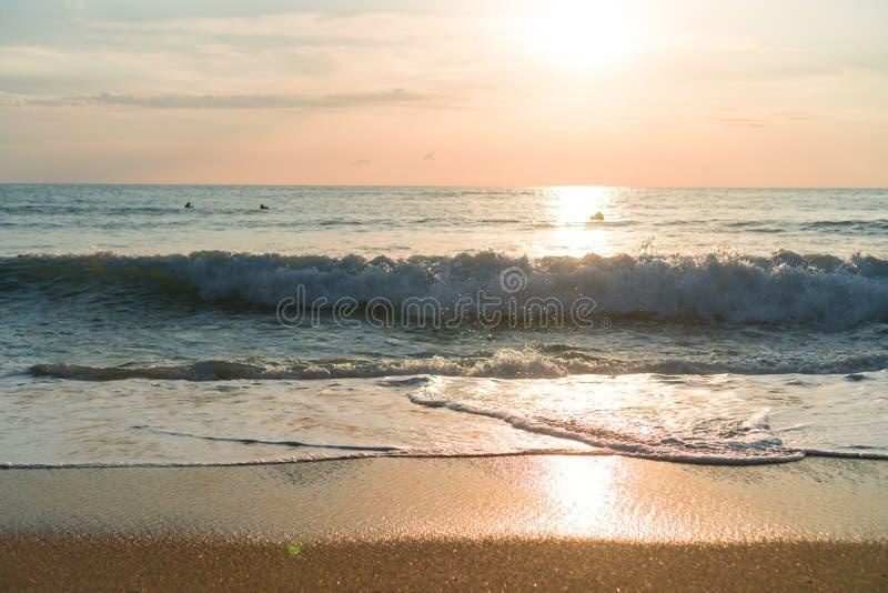 Playa limpia de la naturaleza tropical y arena blanca en verano con el cielo del sol y el fondo azules claros del bokeh foto de archivo libre de regalías